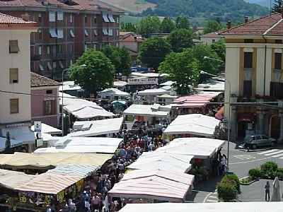 mercato domenicale in piazza fanfulla