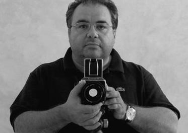 Nasce a Reggio Emilia nel 1960. Inizia a fotografare negli anni Ottanta