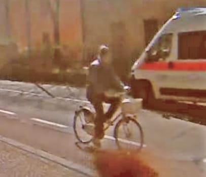 Sergio Incerti, 80 anni, residente in via Mantegna a Reggio.L'uomo era in bicicletta (modello bianco di tipo femminile, con un cestino bianco). Indossa un giaccone blu (senza maniche), jeans blu e ha un cappello grigio.
