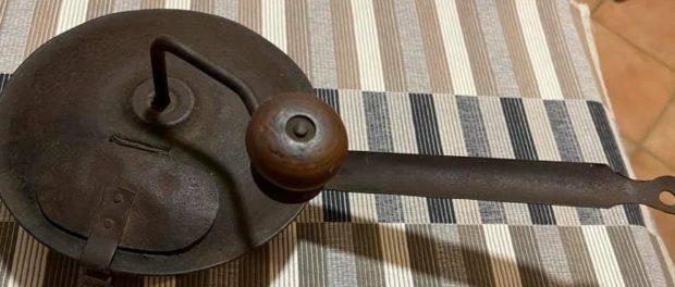 Il tostacaffè antico tostatore a manovella in ferro